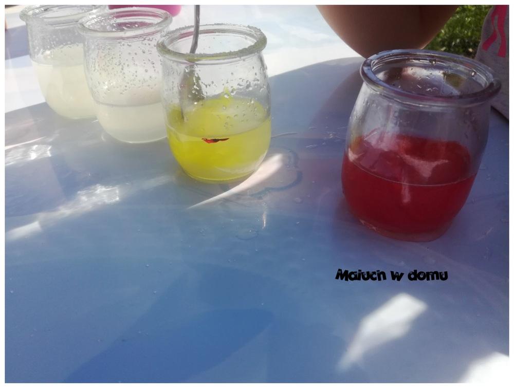 Barwienie wody bibułą
