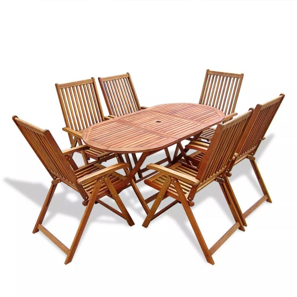 Najlepsze meble do ogrodu: drewniany stół i krzesła